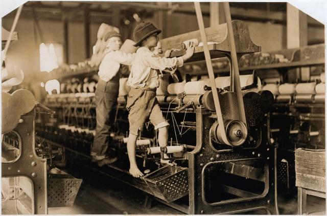 Beauté des valeurs et traditions d'autrefois : enfants travaillant dans une filature au début du XXème siècle