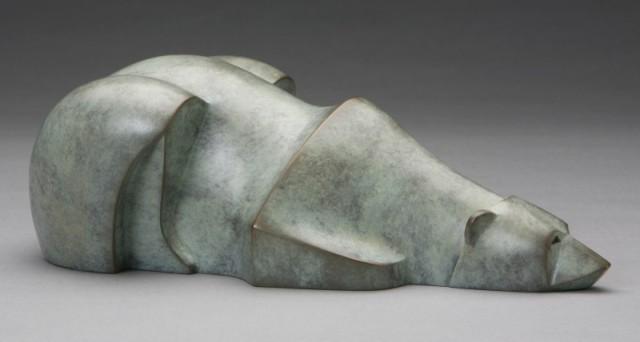 Ours blanc couché - sculpture de Bernard Rebaudet