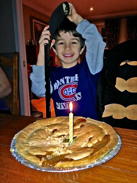 Le vrai jour de son anniversaire. L'unique chandelle représente sa croissance à la hauteur de 6 bougies de gâteau. - photo Sara