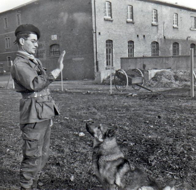 T-Bear et son chien de guerre Selko à la fin de son service militaire en 1961 - photo Jacques Bourges