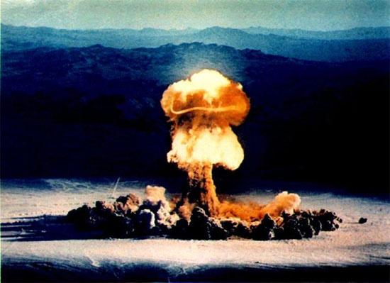 la 1e bombe A dont notre hérosaurait donné la recette du détonateur à Robert Oppenheimer