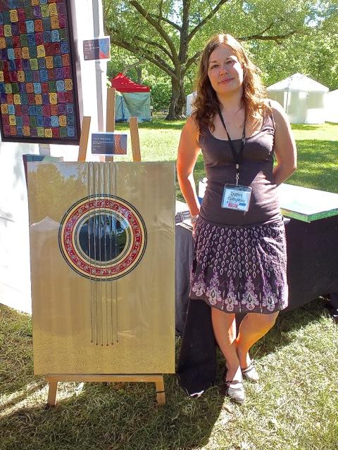 Damie Campeau avec ses créations uniques composées de cordes de guitare recyclées et de résine d'époxie - T-Bear