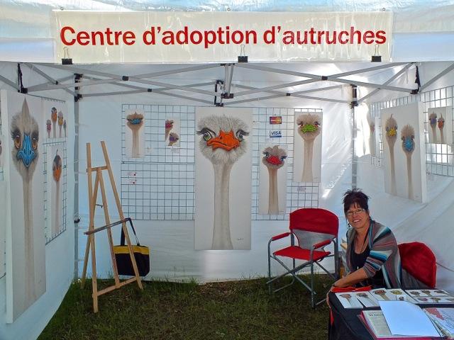 Céline Brodeur s'est spécialisées dans les autruches dont elle raffole et chaque vente d'une de ces têtes uniques et gondolantes vaut à son acquéreur un certificat d'adoption - T-Bear