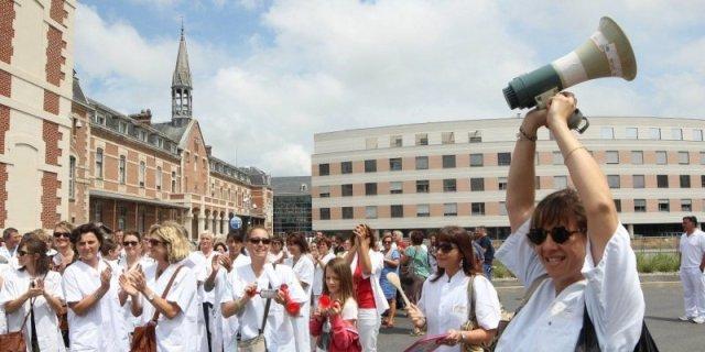 Manifestation de joie du personnel médical à l'acquittement du Dr Bonnemaison