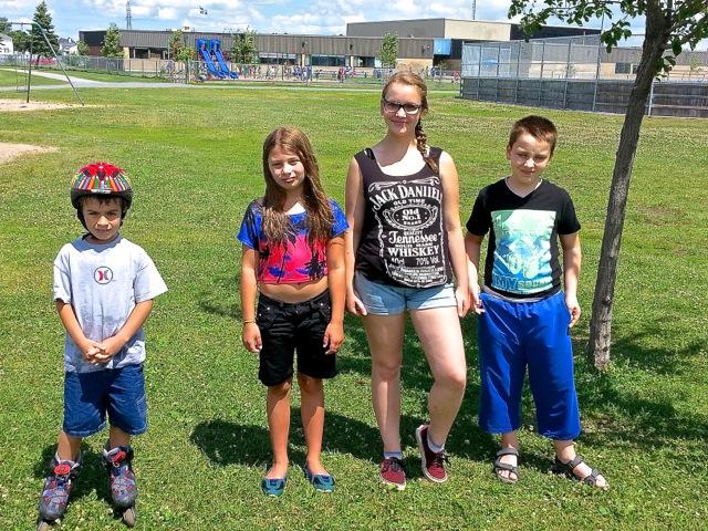 """cousins cousines. De gauche à droite Rohan, Charlotte Manon et Luc s'apprêtant à visiter les """"judo"""" - T-Bear"""