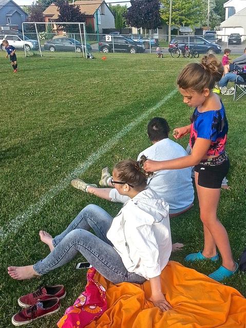 Charlotte en train de parsemer de fleurs la chevelure de Manon pendant l'entraînement de Rohan - T-Bear