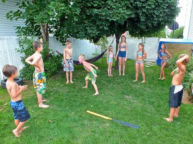 En attendant l'ouverture des activités, les garçons font les zouaves pour épater les filles - T-Bear