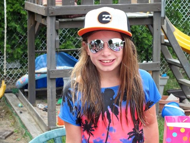 Une adolescente avec de belles lunettes miroir - T-Bear