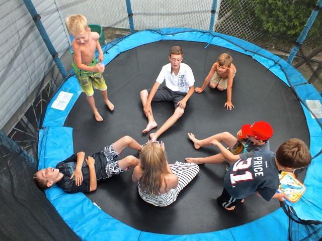 avachis sur le fond de la trampoline à se raconter des peurs - T-Bear