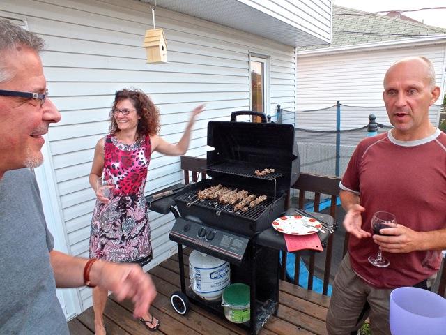 Andrew (à droite) se trouva bien rassuré de constater que les souvlakis n'étaient pas bouillis au préalable - T-Bear