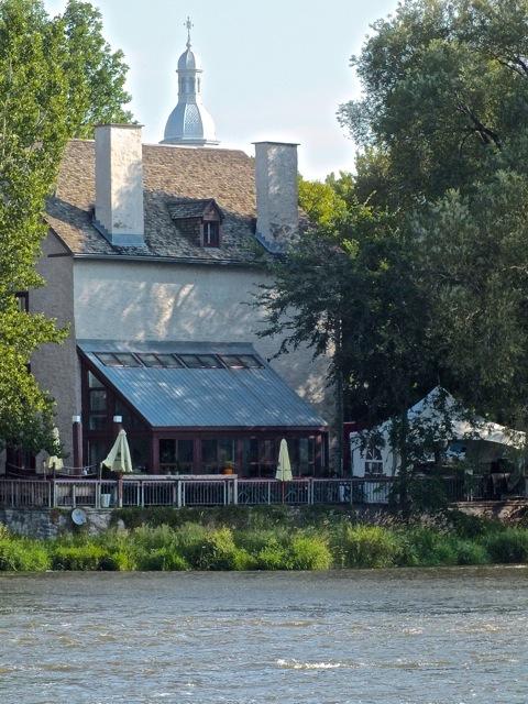 Le clocher de l'église St-Sacrement au dessus du toit du Bâtiment B où se fera la noce - T-Bear