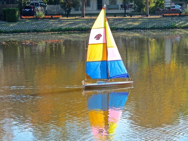 Petit bateau aux couleurs de l'automne T-Bear