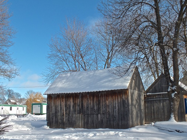 Sous la neige ces cabanes abandonnées abritant les outils aratoires en leur coeur, rêvent-elles de leur réveil au printemps ? - T-Bear