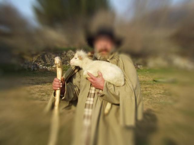 Le berger avec sa chérie dans les bras