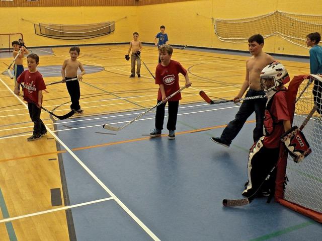 toute la bande jouant au hockey en salle
