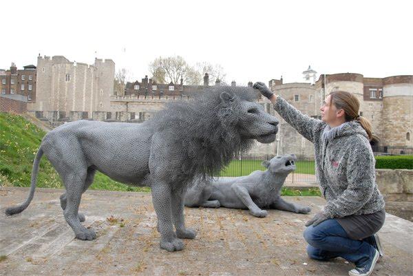 Kendra Haste donnant la dernière touche à son fameux lion de la Tour de Londres