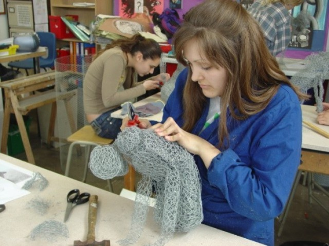 fabrication de la maquette en grillage dans l'atelier de Kendra Haste