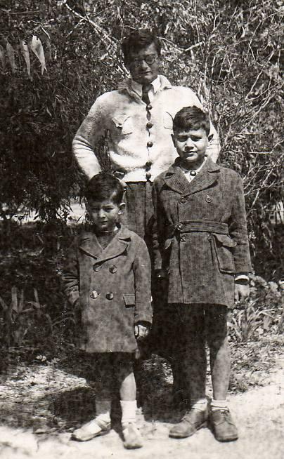 T-Bear en 1945 avec ses deux frères ainés