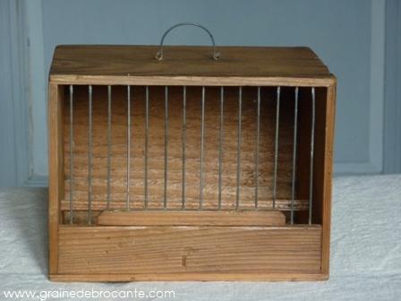 Genre de cage en bambou, mais plus large sur cette photo et avec des barreaux en fer au lieu d'être en bois.