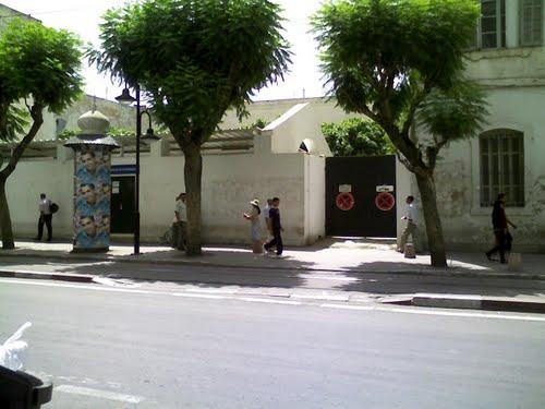 Bien que la photo soit moderne, T-Bear reconnait les portails d'entrée et le mur où s'alignaient à l'époque les différents marchands