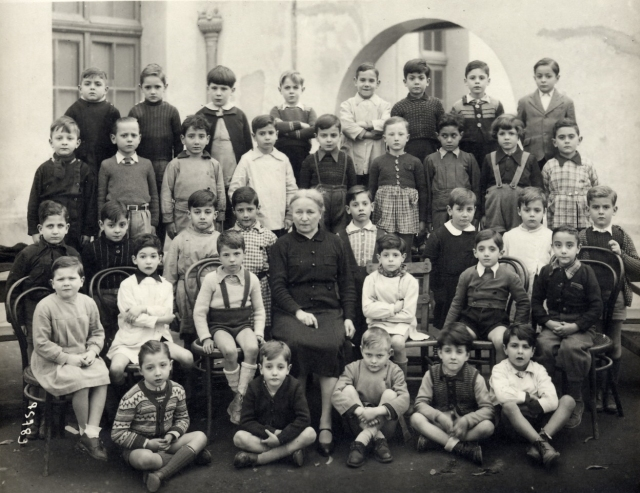 Photo d'une classe de 10e prise en 1946 au Lycée Carnot à Tunis, trouvée sur Internet. T-Bear reconnait son institutrice, Mme Baouet, qu'il avait eu l'année précédente, au moment de cette histoire.