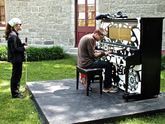 Ce vendredi là,  un malvoyant jouait à a ravir un morceau de jazz, écoutée par sa compagne non voyante aussi - T-Bear