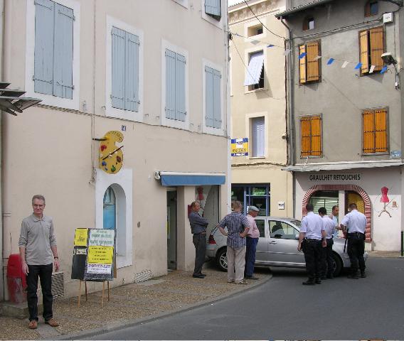 L,atelier de T-Bear était tellement public qu'un véhicule est venu le visiter... en passant par sa vitrine - photo Paco