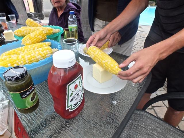 Il faut rouler le maïs brulant dans le beurre salé pour bien l'imprégner avant de déguster - T-Bear