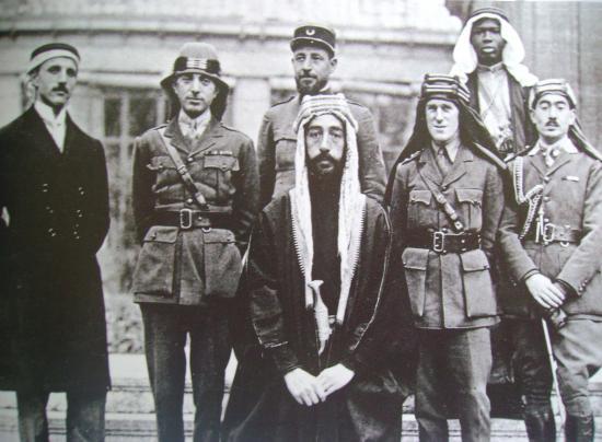 Au centre le futur roi Fayçal et à droite le célèbre britannique Lawrence d'Arabie à la conférence de Paris en 1919