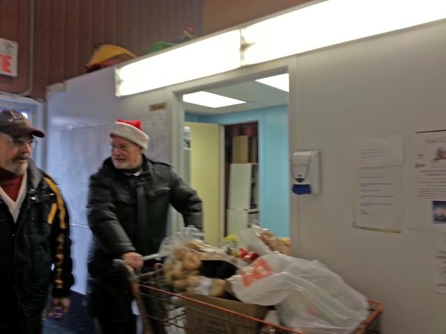 Participation de T-Bear à la distribution des paniers de Noël - photo prise par Diane