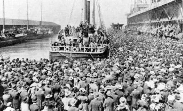Le port de Skagway (nom indien Tilgit) en Alaska où débarquaient les milliers de futurs prospecteurs amenés par bateaux de fortune, un peu comme les réfugiés de nos jours
