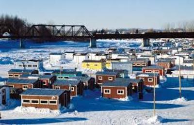 En temps normal à la même époque, les cabanes de pêcheurs sont serrés comme sardine en boîte.