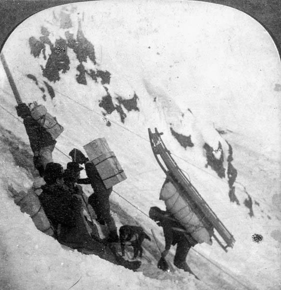 Transport à dos d'homme de l'équipement jusqu'au sommet de la White Pass et il fallait faire au moins 3 voyages aller retour à partir de Skagway pour monter tout l'équipement imposé avec juste raison par les Monties du Canada