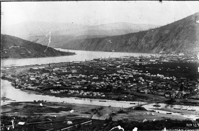 Dawson City. Un village de tentes et de cabanes où s'entassèrent plusieurs milliers de chercheurs d'or sans égout, sans installation sanitaire, sans autre eau que la neige ou celle de la rivière et bien entendu sans électricité.