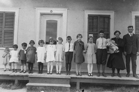 """Au Québec et jusqu'aux années 50, les curés obligeaient les femmes à pondre chaque année un enfant sous peine de se faire """"sermonner"""" en public pendant la messe du dimanche. Une famille d'une douzaine d'enfants était normale à l'époque et sans compter ceux qui mourraient en bas âge."""