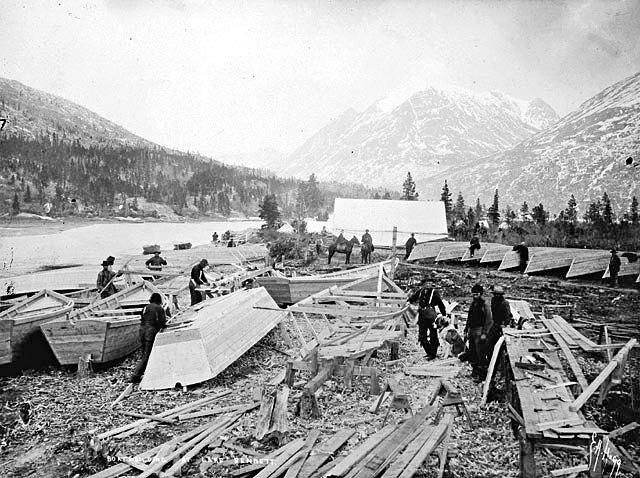 Lac Bennett dans le territoire du Yukon au Canada où les futurs prospecteurs devaient construire les embarcations qui leur permettraient d'atteindre Dawson avec leur équipement pour tenir 1 an.