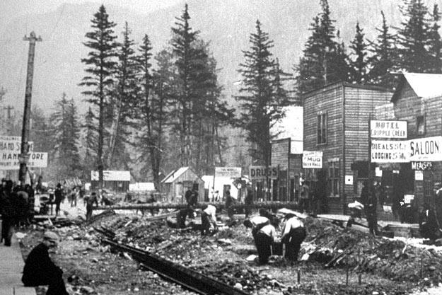 Skagway en Alaska. Ville de boue et de crime menée par un tyran criminel autoproclamé maire de la ville