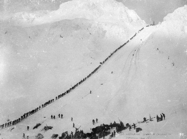 Montée en file indienne jusqu'au sommet de la White Pass pour arriver au Canada, passer la douane au risque d'être refoulé si les Monties, les policiers de gendarmerie royale, décidaient que l'équipement n'était pas suffisant pour survivre 1 année.