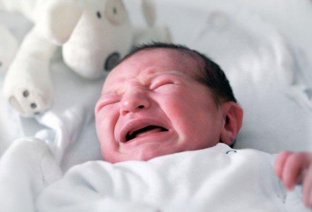 Bebe-pour-savoir-pourquoi-il-pleure-regardez-ses-yeux