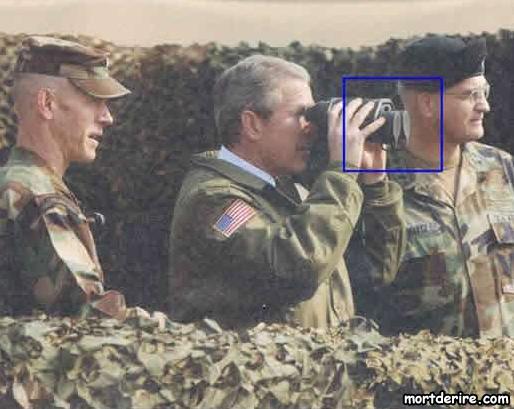 george-w-bush-utilise-des-jumelles