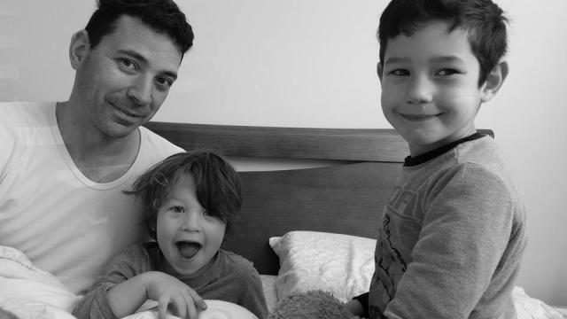 Félix à droite, au milieu son frère Émile et à gauche son papa Emmanuel, dernier fiston à T-Bear