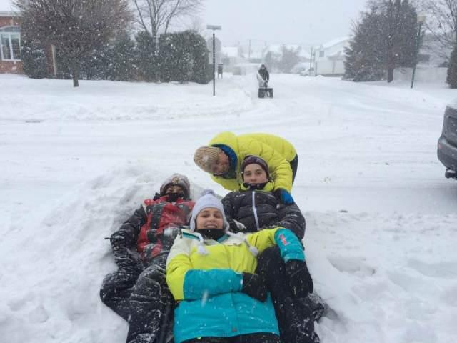 18 décembre 2016 : Rohan, Manon et Luc avec leur maman dans la neige jusqu'au cou