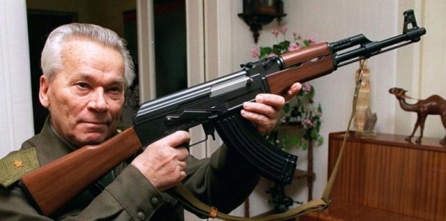 Mikhaïl Kalachnikov, inventeur de l'arme (AK47) qui porte  sinistrement son non